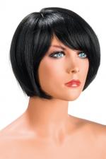 Perruque Mia brune : Perruque brune aux cheveux courts en carré avec mèche ayant un aspect actuel.